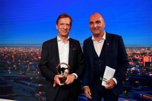 K1600 216582 Goldenes Ehrenlenkrad f r Volvo Pr sident und CEO H kan Samuelsson