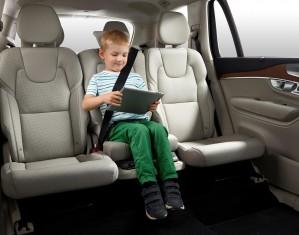 K1600 148266 Volvo XC90 Integrierter Kindersitz mit Kind