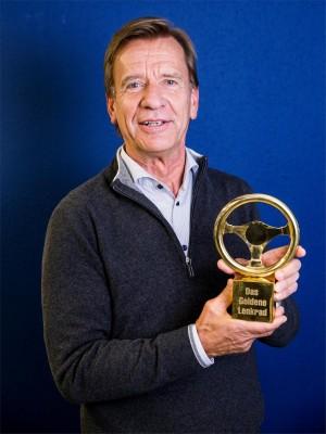 K1600 216585 Goldenes Ehrenlenkrad f r Volvo Pr sident und CEO H kan Samuelsson