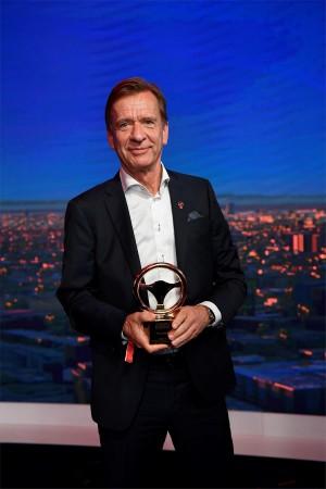 K1600 216584 Goldenes Ehrenlenkrad f r Volvo Pr sident und CEO H kan Samuelsson